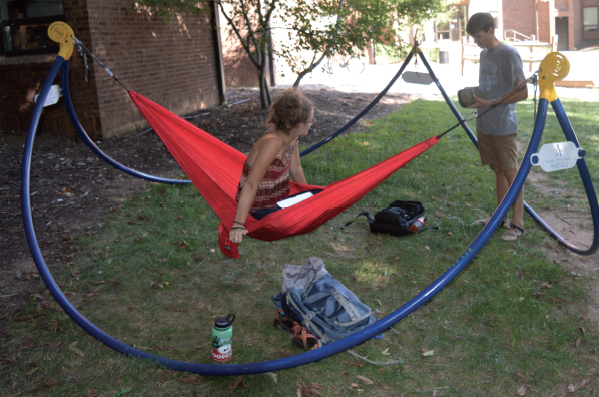freshmen sam denton and amelia rosenberg try out the new eno hammocks  photo by john unca installs first eno hammock pods  u2013 the blue banner  rh   thebluebanner